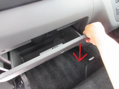 Removing the glove box (10)