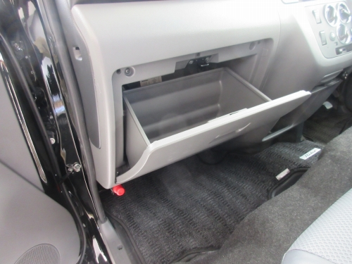 Removing the glove box (2)