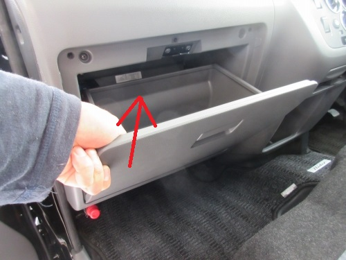 Removing the glove box (3)