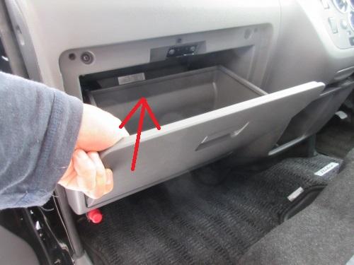 Removing the glove box (3)