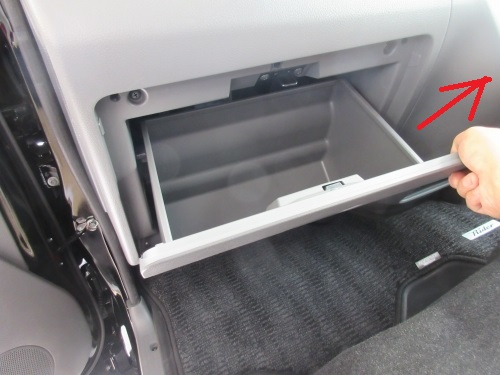 Removing the glove box (4)