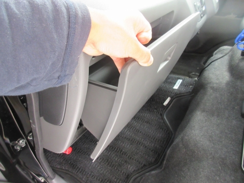 Removing the glove box (5)