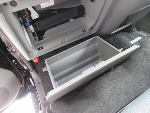 Removing the glove box (7)