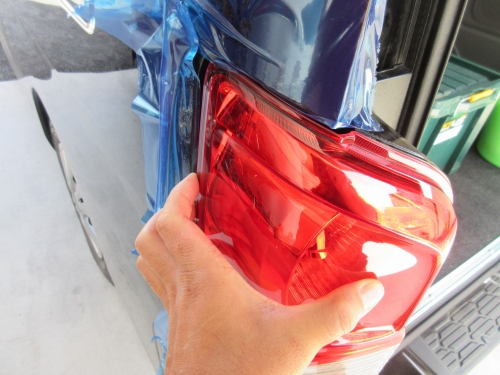 Removing the tail lamp (4)
